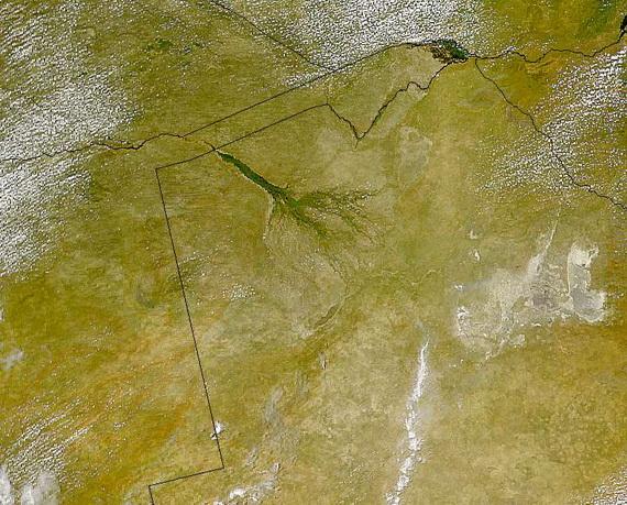 На супутниковій світлині добре видно смараґдово-зелену дельту Окаванґо та білі солончаки рівнини Нксаї. Джерело ілюстрації: http://www.wikimedia.org