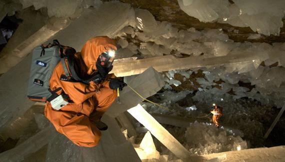 Вчені проводять необхідні для опису печери заміри. Джерело ілюстрації: http://www.discoverychannel.ca