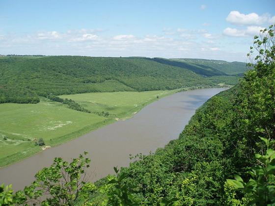 Так виглядає Дністровський каньйон перед впадінням у нього ріки Стрипи