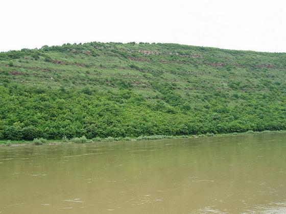 Круті береги Дністровського каньйону поруч села Хмелева