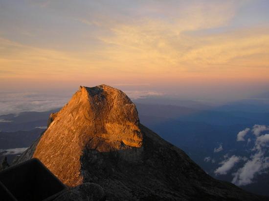 Світанок над вершиною гори Кінабалу. Джерело: Олександр Бойко