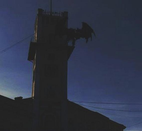 Якась чупакабра на Коломийській ратуші (світлина надана нашим читачем yAnTar - http://yablog.org.ua/)