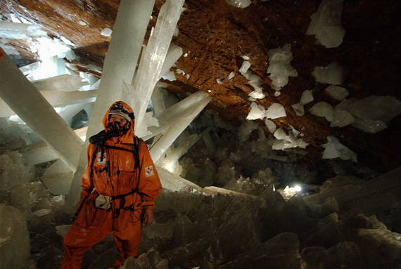 Для безпеки роботи у печері необхіден захистний спецодяг. Джерело ілюстрації:  http://www.stormchaser.ca
