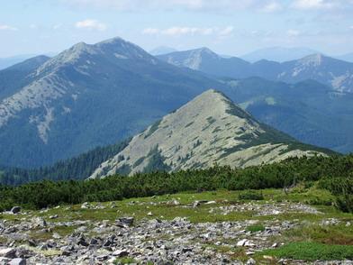 Вигляд із гори синяк на вершини малого