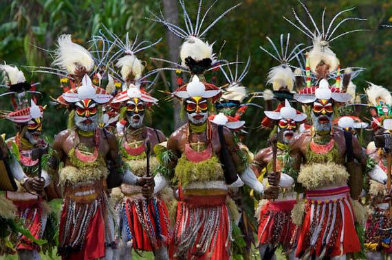 Чоловіки паякона у ритальному вбранні із пір'я райських пташок