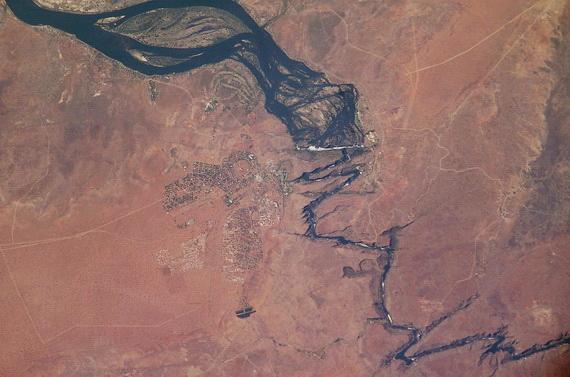 Супутникова світлина впадіння ріки Замбезі у велетенський ґеологічний розлом. У місці впадіння утворився 128-метровий водоспад Вікторія. Джерело ілюстрації: http://www.wikipedia.org