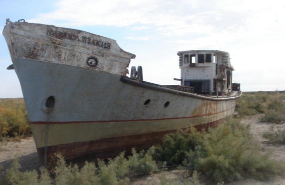 Там, де колись хлюпались хвилі моря, тепер пустеля. Лише одинокий корабель серед палючих пісків нагадє про недалеке минуле. Джерело ілюстрації: shttp://tatic.panoramio.com