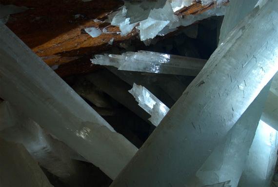 Кристали утворені ангідритом сульфату кальцію утворюють природний мінерал селеніт. Джерело ілюстрації: http://www.stormchaser.ca